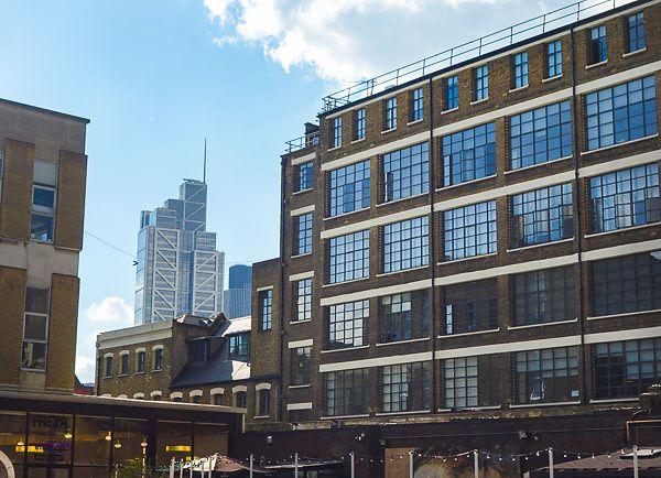 Blick vom Gelände: Charmanter Mix aus alter Industrie und neuer Metropole